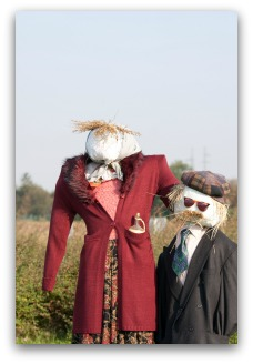 cute couple garden scarecrow idea